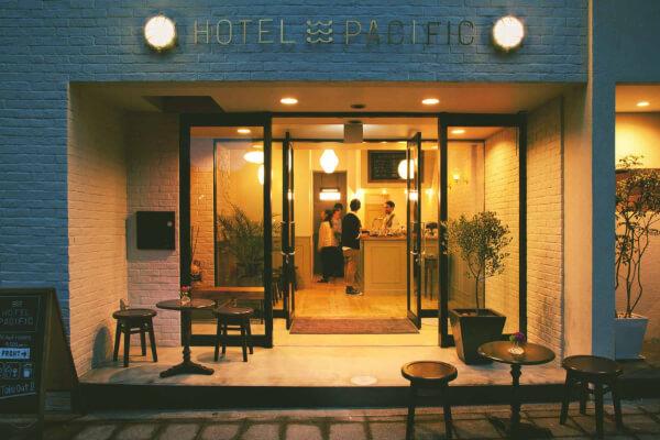 ホテルパシフィックの夜の照らされた正面外観